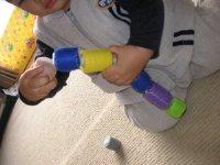 ペットボトルキャップおもちゃで遊ぶ赤ちゃん
