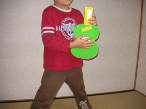 おもちゃの楽器ギターで遊ぶ幼児