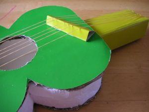 おもちゃの楽器ギターのポイントは輪ゴムを浮かせること