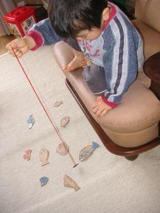 手作り魚釣りおもちゃで遊ぶ子供