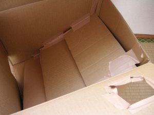 ダンボール箱の中にダンボールを斜めに3枚はりボールを出口に誘導
