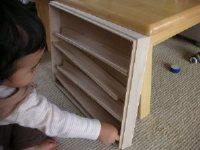 手作りビー玉転がしで遊ぶ一歳児
