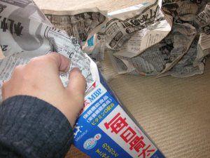 牛乳パックに新聞をみっちりつめる