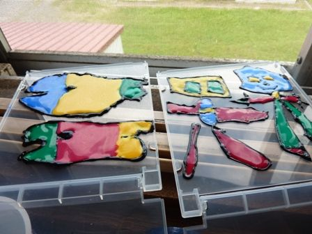 ガラス絵の具工作を乾燥中