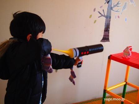 空気砲で遊ぶ子供