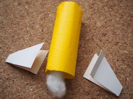 トイレットペーパー芯に羽根をつけてロケットに