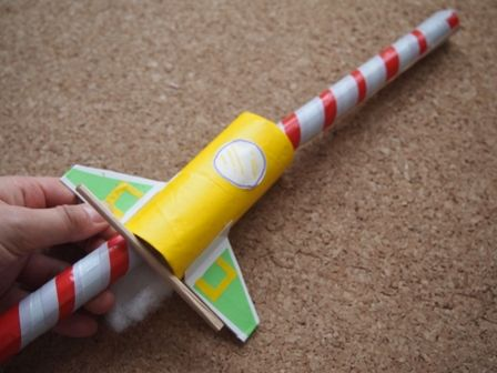 トイレットペーパー芯で遊べるロケット工作おもちゃ