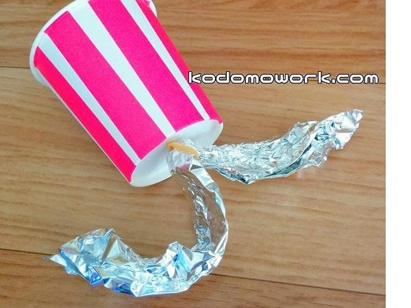 紙コップクラッカーの持つところをアルミホイルで作る