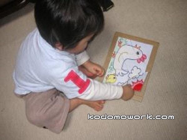 手作りパズルで遊ぶ子供