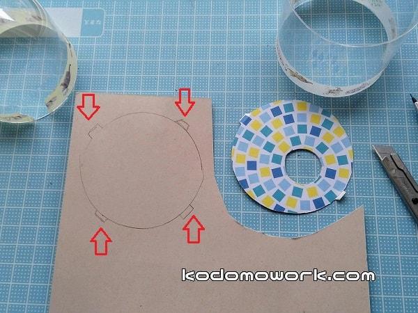 ペットボトルを仕切る紙がずれないように紙をはみださせてツメをつける