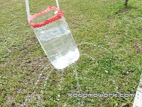 水遊び手作りおもちゃシャワーはペットボトルに穴をあけただけ