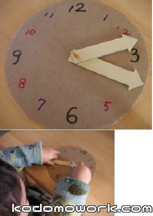 赤ちゃん時計をくるくる回して遊ぶ赤ちゃん