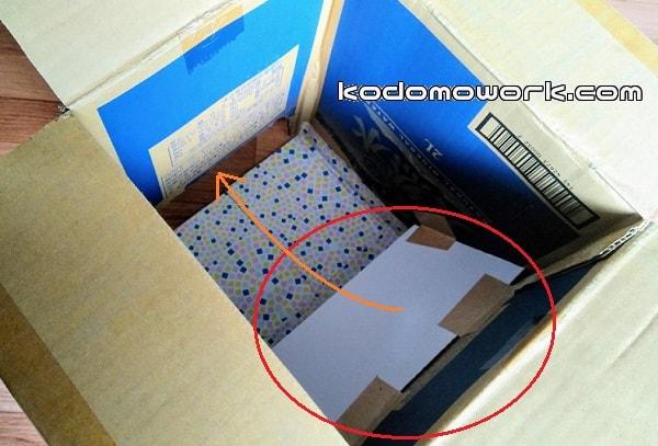 ダンボール箱の中にダンボールを斜めにはりボールを出口に誘導
