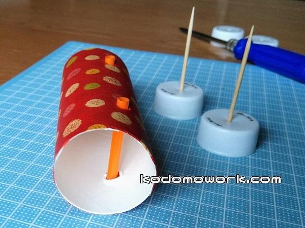 トイレットペーパー芯にペットボトルキャップのタイヤをつける